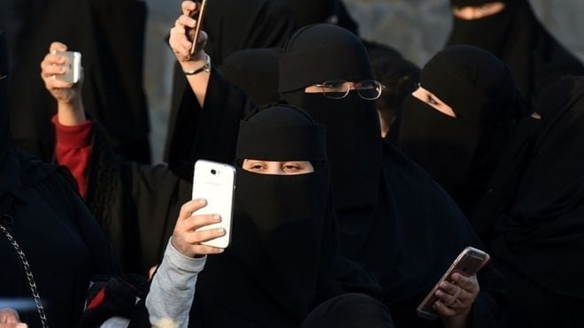 Saudi women get texts to tell them of divorce